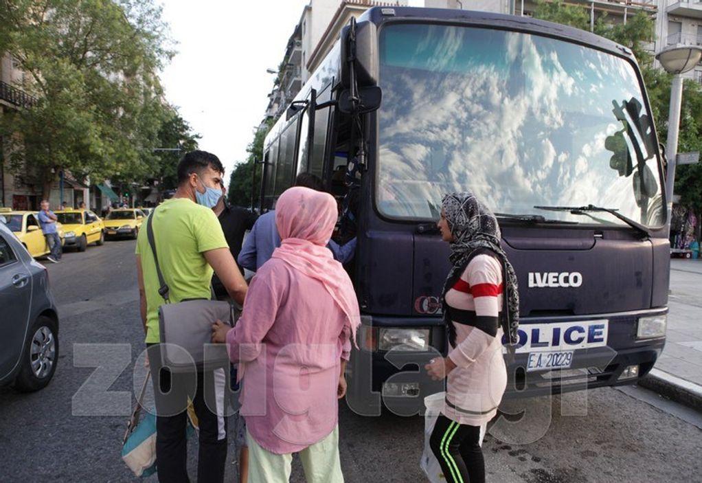 Μεταφέρονται οι πρόσφυγες από την πλατεία Βικτωρίας