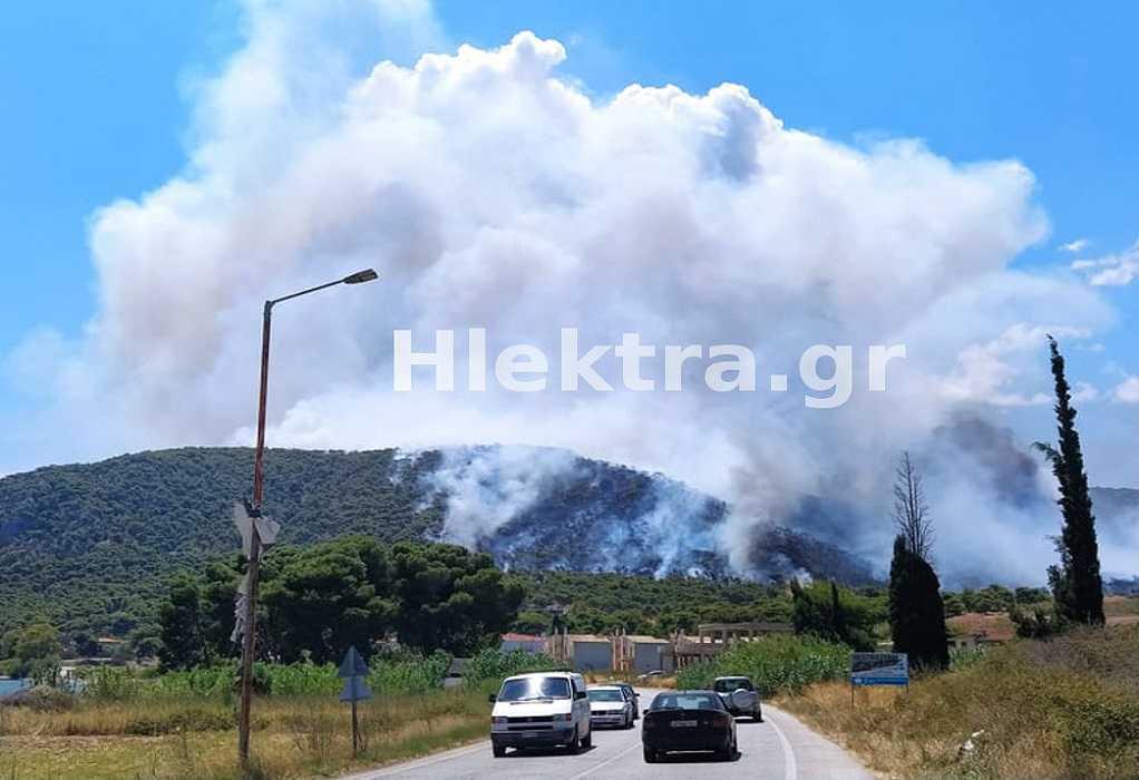 Μαίνεται ανεξέλεγκτη η φωτιά στις Κεχριές Κορινθίας – Κάηκαν σπίτια