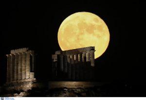 Φωτογραφίες: Εντυπωσιάζει το «Φεγγάρι του Κόκκινου Ελαφιού»