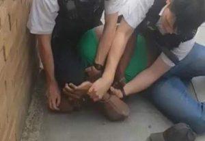 Αστυνομικός γονατίζει στον λαιμό μαύρου υπόπτου (VIDEO)