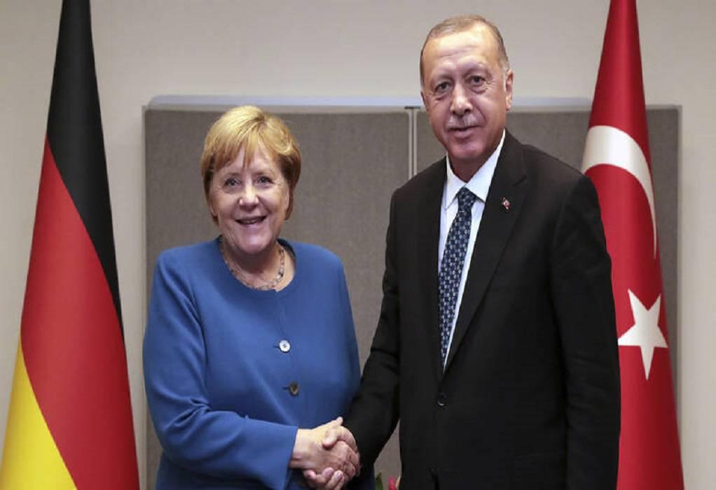 Μέρκελ σε Ερντογάν: Διάλογος στη βάση του διεθνούς δικαίου για επίλυση των διαφορών