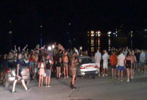 Ζάκυνθος: «Ξέφρενο» πάρτι στην παραλία και στους δρόμους (VIDEO)