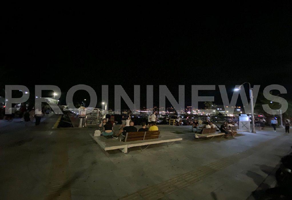 Έκλεισαν τα μπαρ, γέμισαν οι πλατείες στην Καβάλα (ΦΩΤΟ)