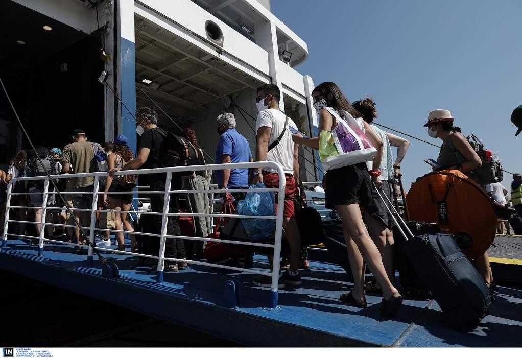 Έξοδος Αυγούστου, μεγάλη η κίνηση στο λιμάνι του Πειραιά