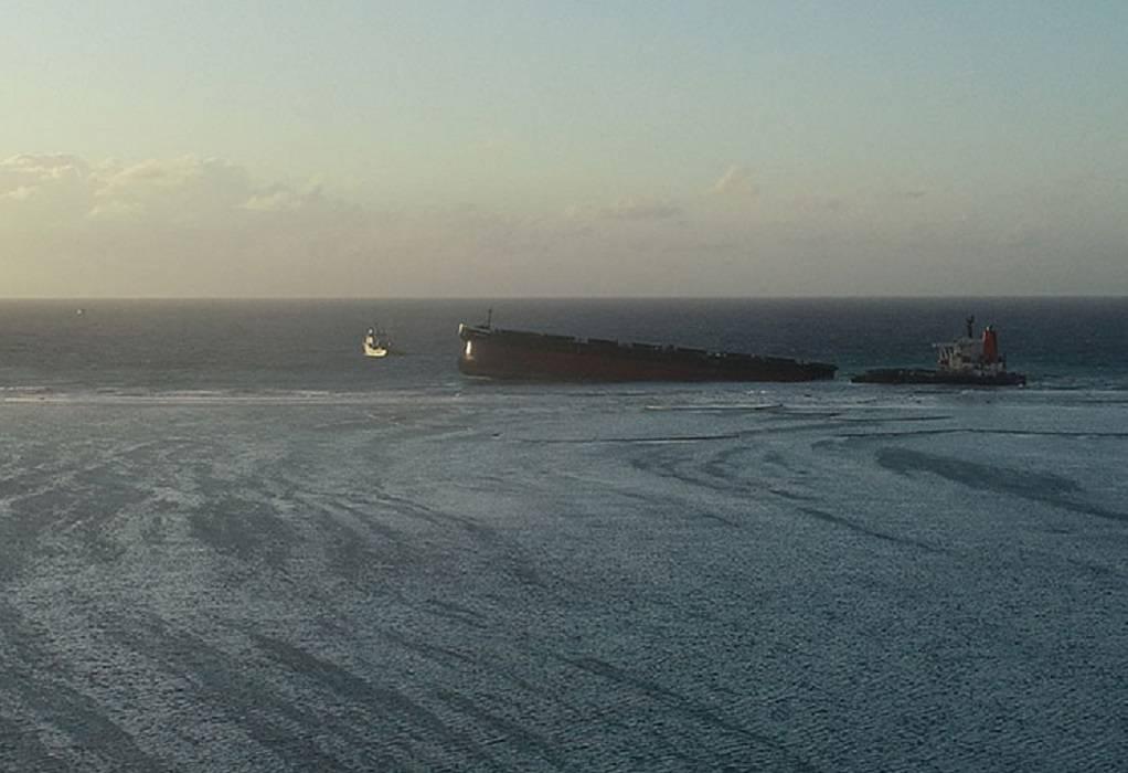 Στα δύο κόπηκε φορτηγό πλοίο – Χιλιάδες καύσιμα στη θάλασσα
