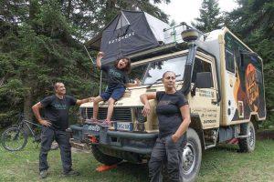 Οικογένεια από τη Θεσσαλονίκη κάνει τον «γύρο του κόσμου» με αυτοκίνητο