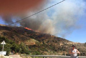 Μεγάλη φωτιά κοντά σε χωριό στην ορεινή Νάξο (ΦΩΤΟ)