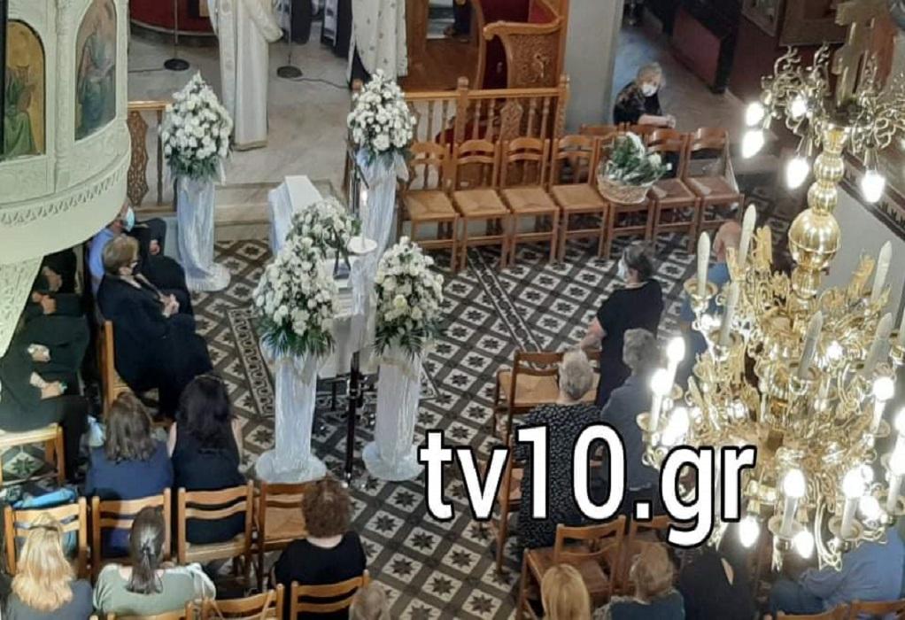 «Ιανός» – Μουζάκι: Σπαραγμός στην κηδεία της φαρμακοποιού (VIDEO)