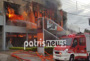 Παρανάλωμα του πυρός μεγάλο κατάστημα στον Πύργο (VIDEO)