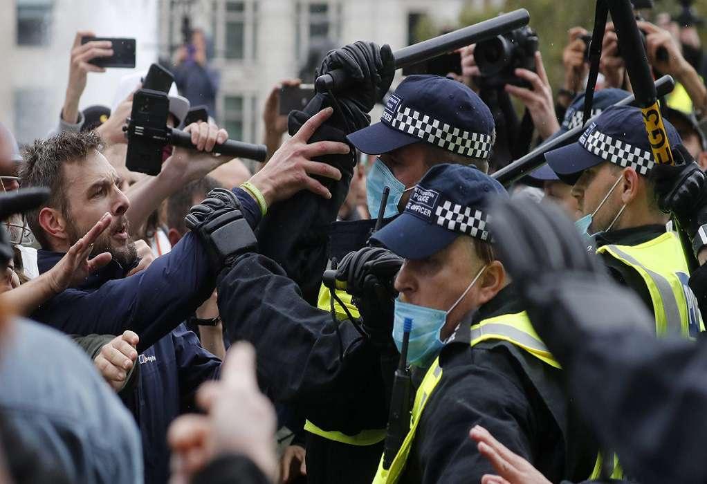 Αιματηρές συμπλοκές αστυνομικών – διαδηλωτών στο Λονδίνο