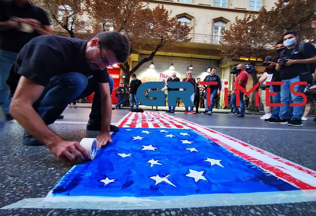 Διαδηλωτές περπάτησαν… πάνω από τη σημαία των ΗΠΑ (ΦΩΤΟ-VIDEO)