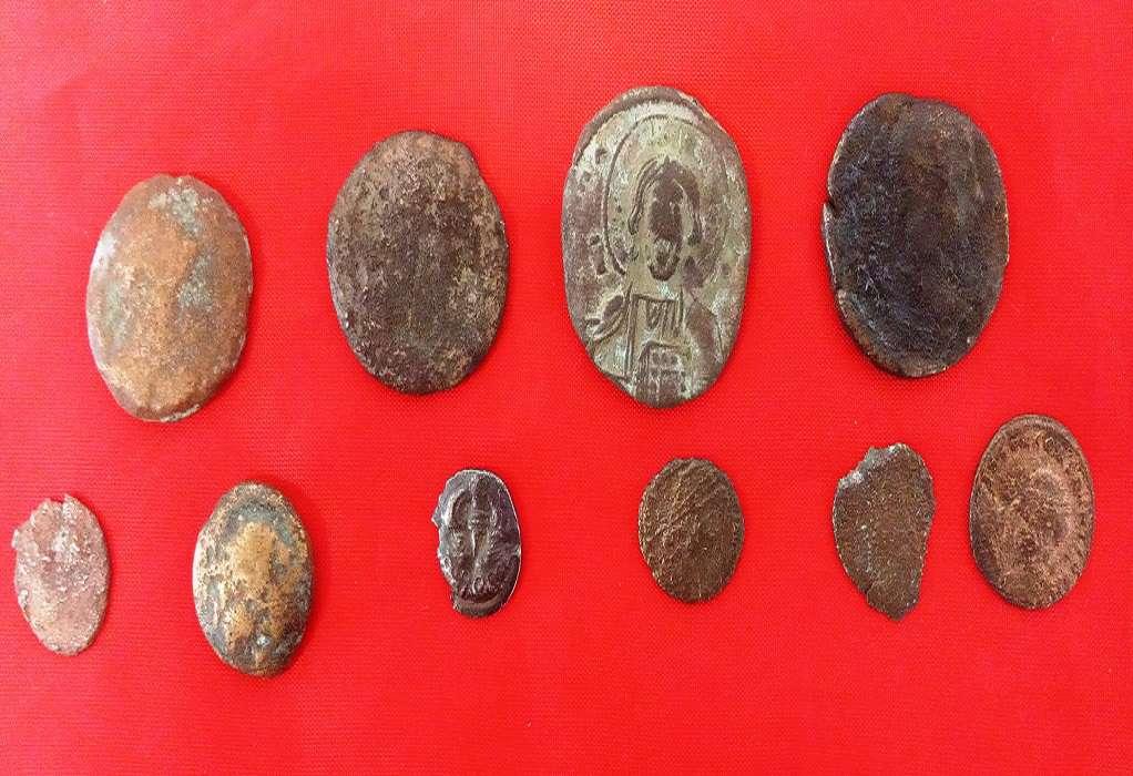 Έκρυβαν αρχαία νομίσματα στο σπίτι τους (ΦΩΤΟ)