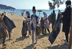 Μετανάστες καθάρισαν την παραλία στην Καβάλα