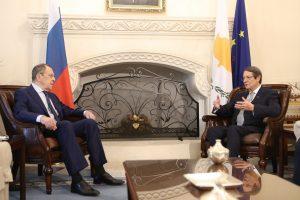 Λαβρόφ από Κύπρο: Έτοιμη η Ρωσία να συμβάλει σε διάλογο