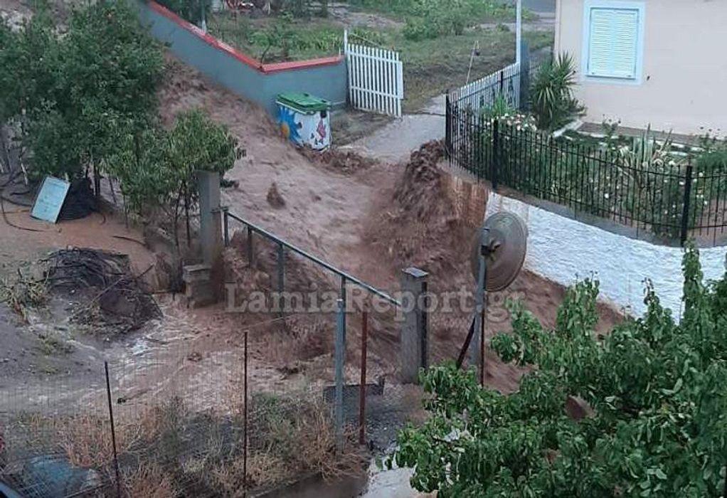 «Ιανός»: Εγκλωβισμένοι σε σπίτια και αυτοκίνητα στη Φθιώτιδα