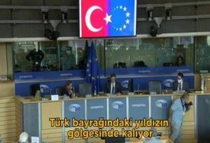 Νέα πρόκληση Τσαβούσογλου: Εμφάνισε τη σημαία της ΕΕ ως… ημισέληνο (VIDEO)