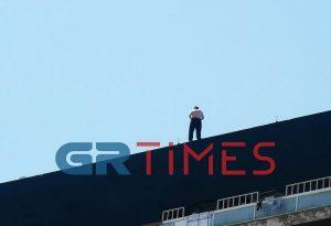 Θεσσαλονίκη: Απειλεί εδώ και ώρες να πηδήξει στο κενό (ΦΩΤΟ-VIDEO)