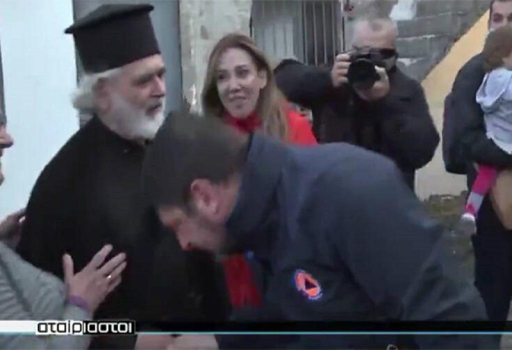 Ιερέας για Χαρδαλιά: Τον συγχαίρω που μου φίλησε το χέρι