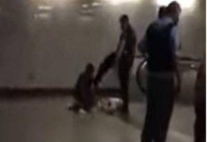 Αστυνομικός κλωτσά άνδρα με γύψο στο μετρό Ομονοίας