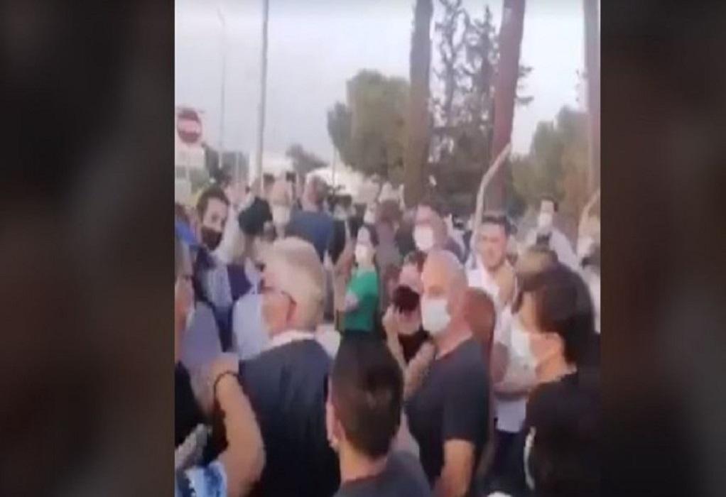 Κύπρος: Προπηλάκισαν τον Κυπριανού στο οδόφραγμα της Δερύνειας (VIDEO)