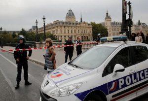 Γαλλία: Υπό κράτηση τρεις αστυνομικοί για ξυλοδαρμό μουσικού παραγωγού