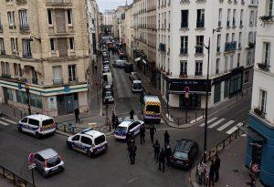Συναγερμός στο Παρίσι: Άνδρας επιτέθηκε με μαχαίρι σε αστυνομικούς (VIDEO)