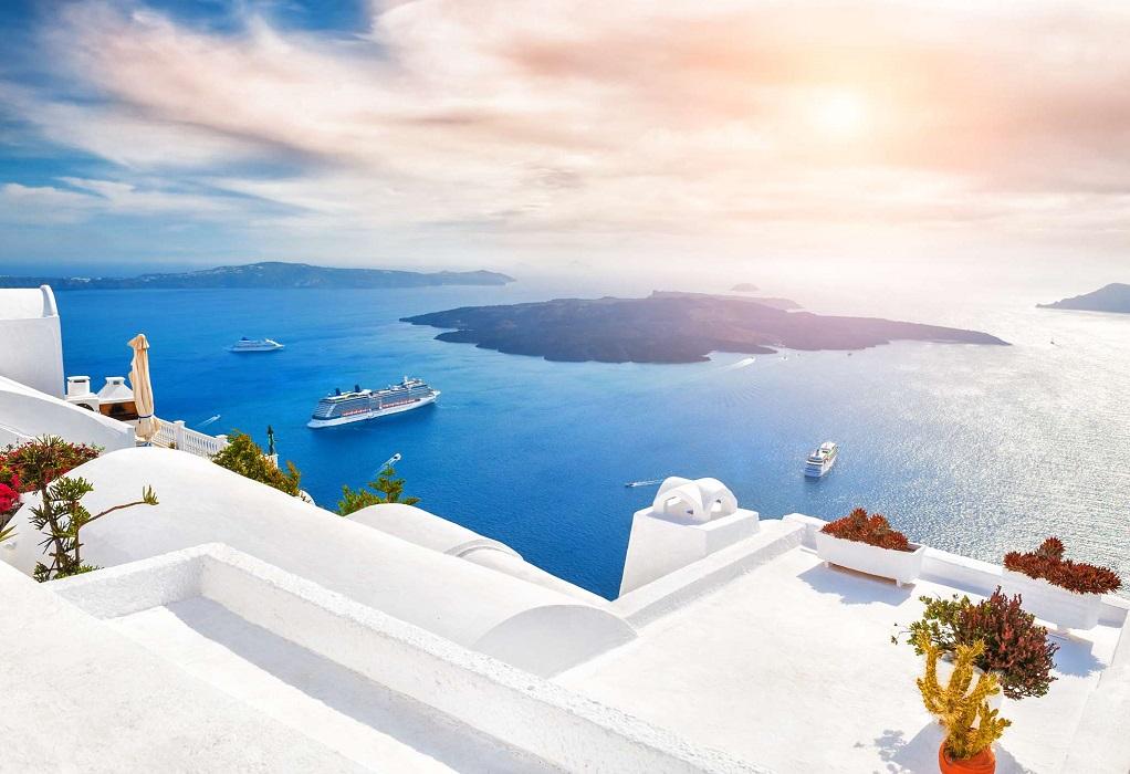 Times: Η Ελλάδα μελετά να ανοίξει τα σύνορα για τους Βρετανούς τουρίστες από τον Μάιο