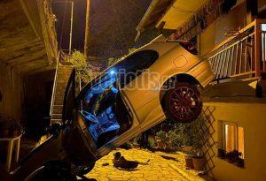 Βέροια: Αυτοκίνητο προσγειώθηκε σε αυλή σπιτιού (ΦΩΤΟ)