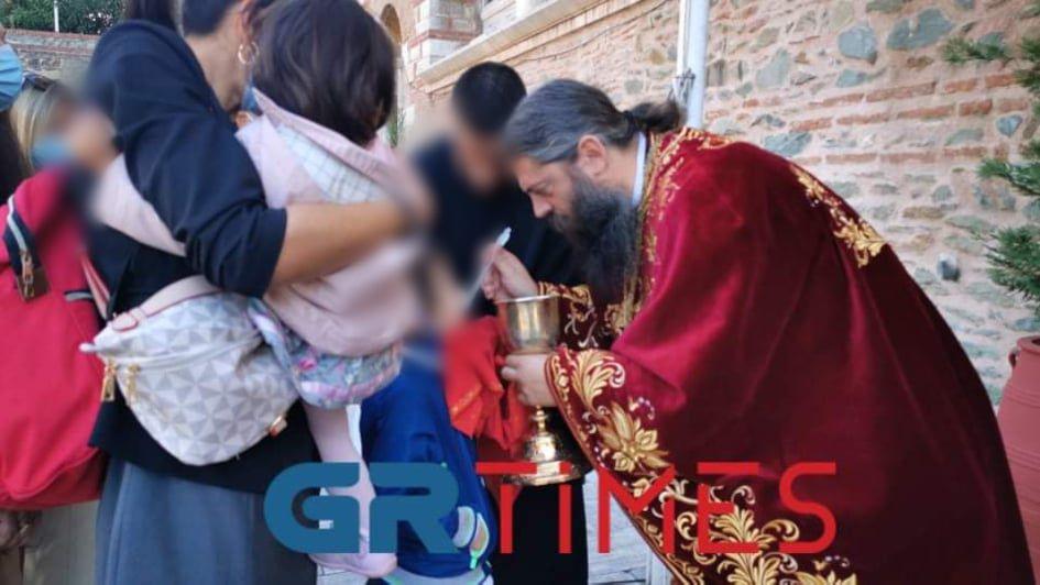 Αγ. Δημήτριος: Βγήκε η Θεία Κοινωνία στο… προαύλιο (ΦΩΤΟ-VIDEO)