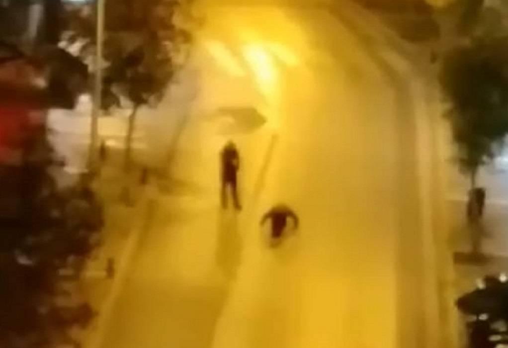 Απίστευτο: Έκανε… κάμψεις στη μέση του δρόμου! (ΦΩΤΟ-VIDEO)