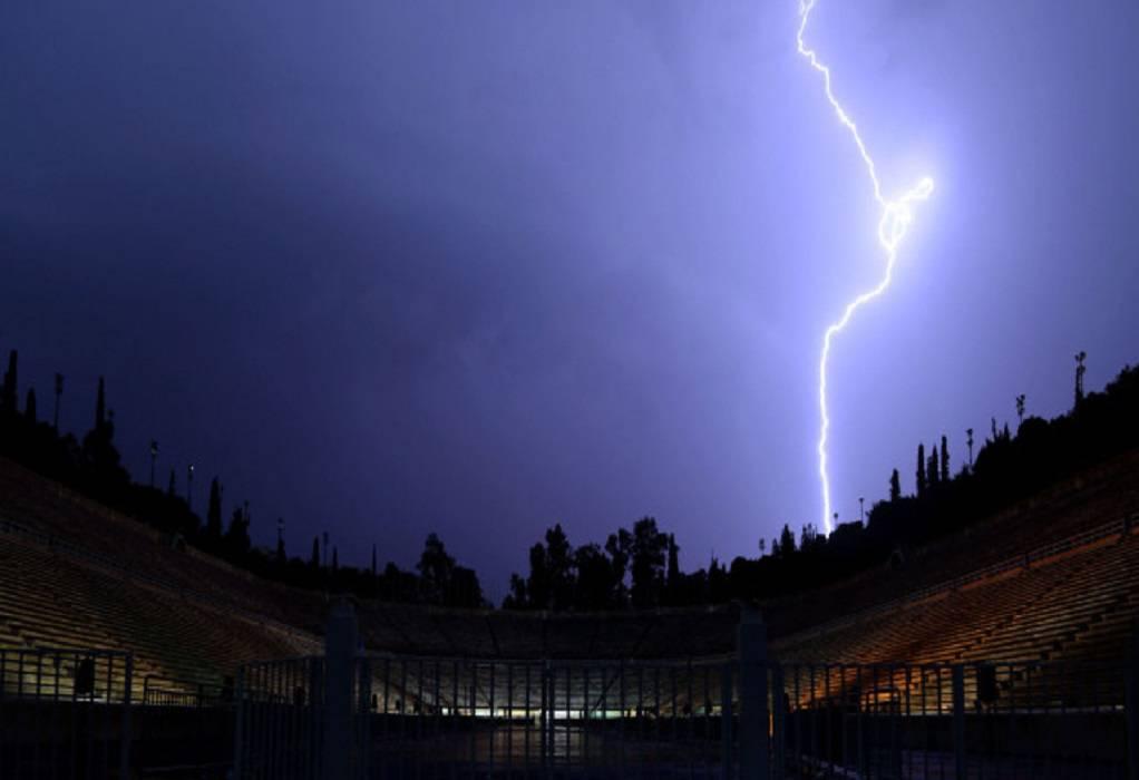 Απίθανο βίντεο: Κεραυνός χτυπά γήπεδο ποδοσφαίρου στην Ισπανία