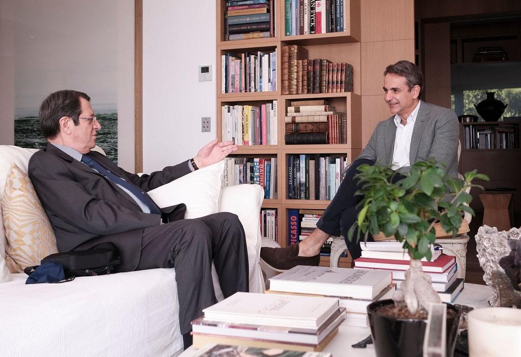 Συνάντηση Μητσοτάκη-Αναστασιάδη: Συζήτηση για Ελληνοτουρκικά και Κυπριακό