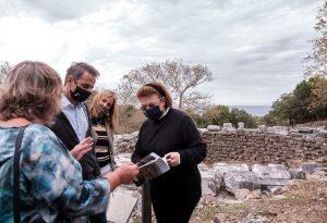 Περιοδεία Μητσοτάκη στο Κάστρο και το Λαογραφικό Μουσείο Σαμοθράκης (VIDEO)