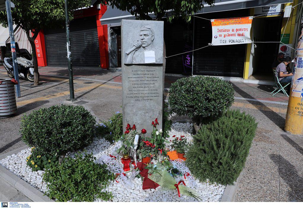 Γέμισε με λουλούδια το μνημείο του Παύλου Φύσσα στο Κερατσίνι