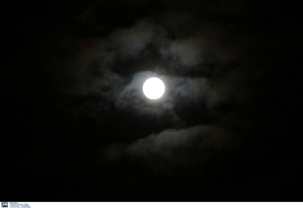 Σήμερα η πανσέληνος και η τελευταία έκλειψη παρασκιάς Σελήνης για το 2020