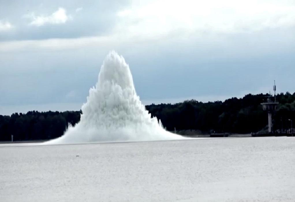 Βόμβα του Β' Παγκοσμίου εξερράγη κάτω από το νερό (VIDEO)