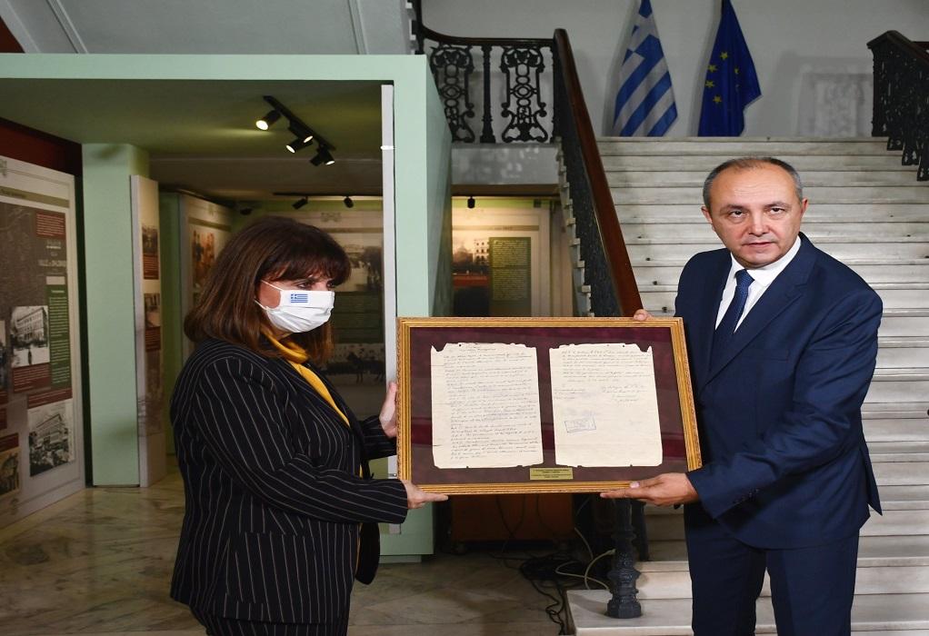 O Καράογλου υποδέχεται και ξεναγεί τη Σακελλαροπούλου στο Διοικητήριο
