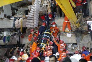 Στους 35 οι νεκροί στη Σμύρνη – Στη «μάχη» 5.000 διασώστες