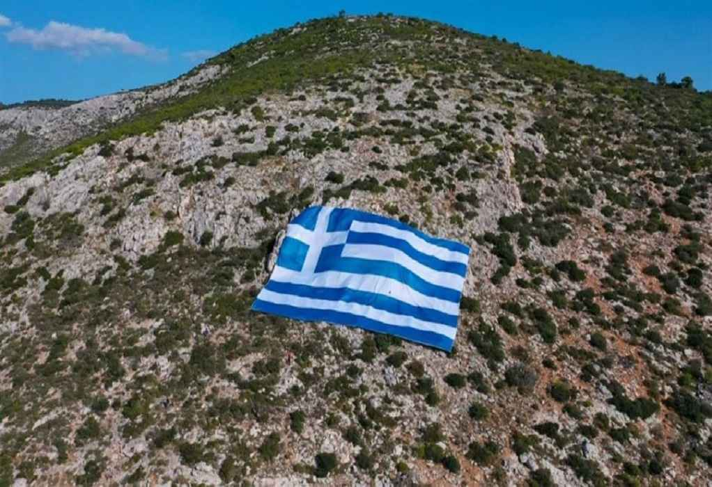 Γιγάντια ελληνική σημαία στον Υμηττό για την 28η Οκτωβρίου