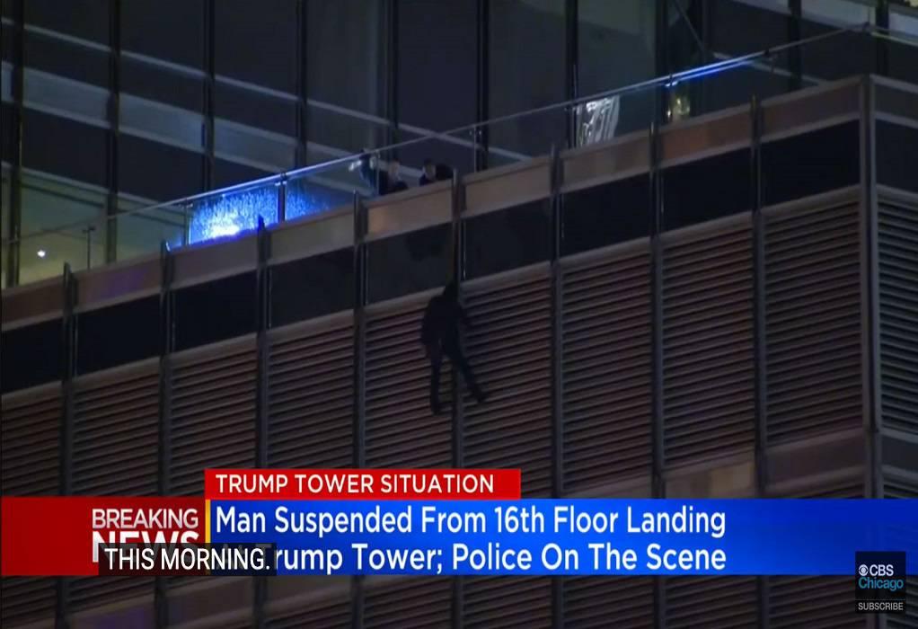 Απειλεί να πέσει από τον Πύργο Τραμπ στο Σικάγο (VIDEO)
