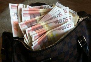Άρπαξαν τσάντα με 2.500 ευρώ