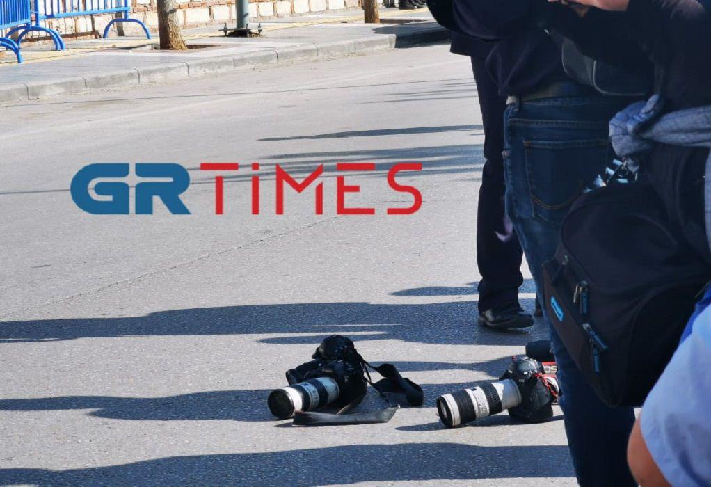 Στη Θεσσαλονίκη η ΠτΔ: Φωτορεπόρτερ κατέβασαν τις φωτογραφικές μηχανές