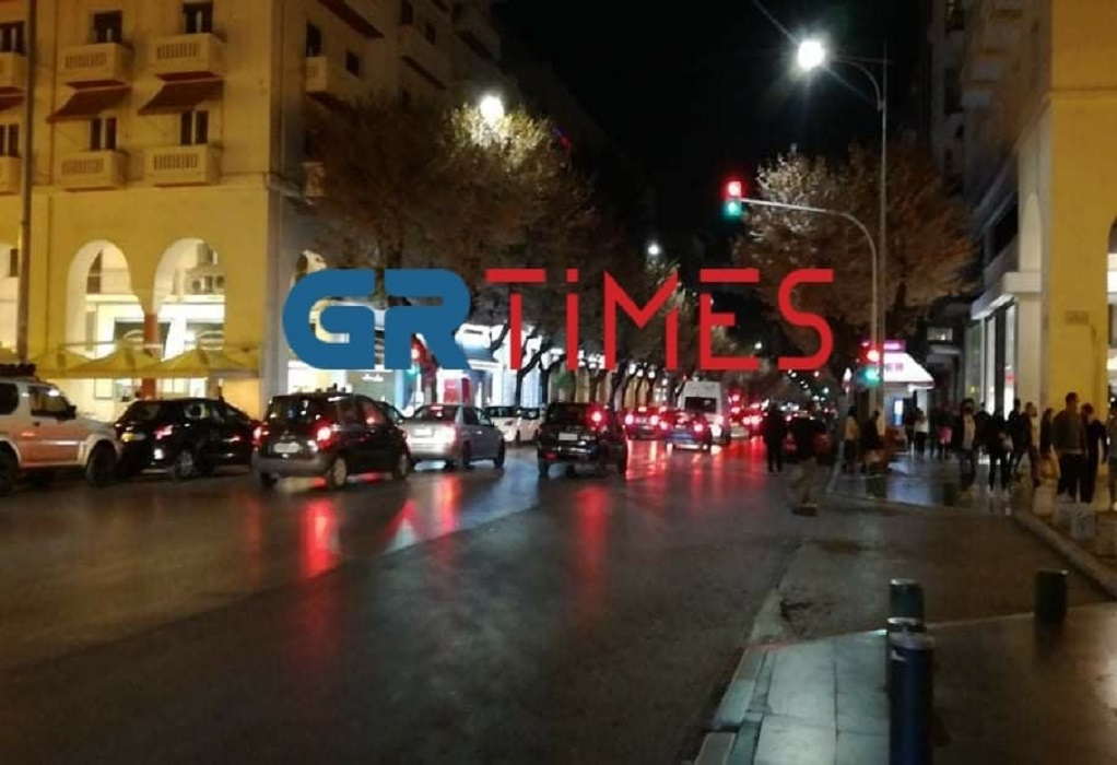 Πρώτη νύχτα με απαγόρευση κυκλοφορίας και… μάσκες παντού – Δείτε εικόνα από τη Θεσσαλονίκη (VIDEO)