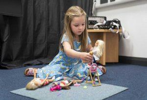 Τι δείχνει νέα μελέτη για παιδιά που παίζουν με κούκλες