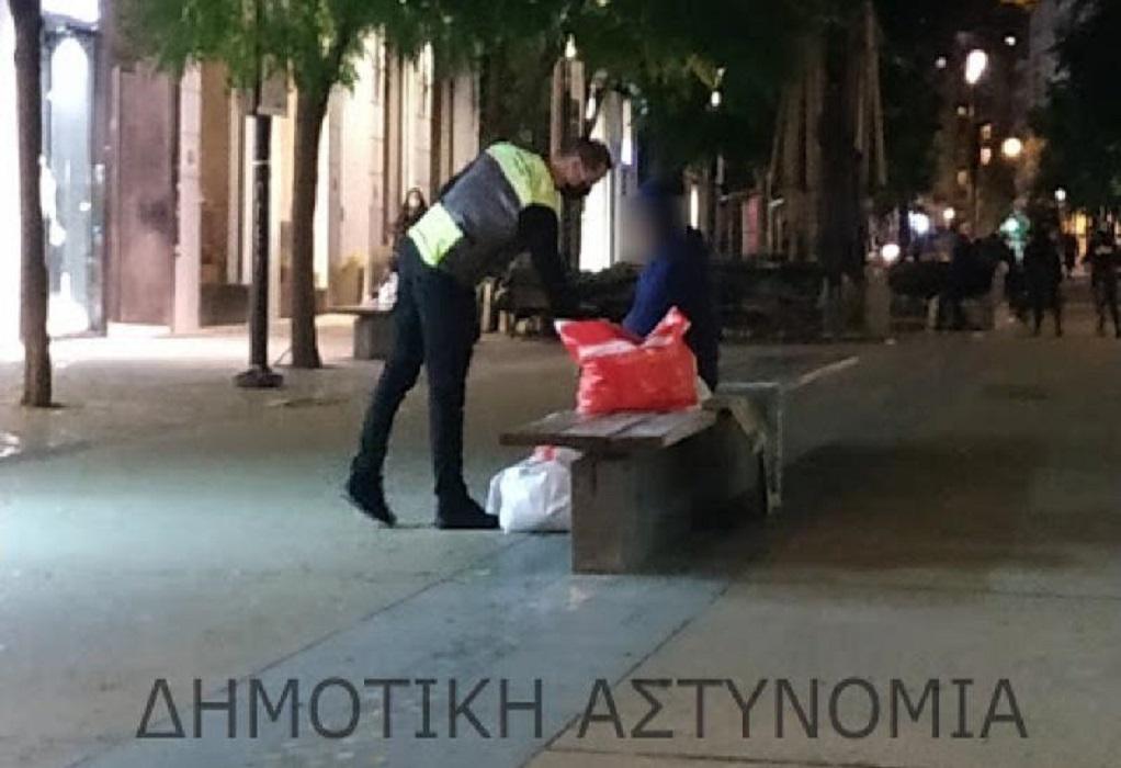 Θεσσαλονίκη: Ρούχα και παπούτσια σε άστεγους από τη Δημοτική Αστυνομία (ΦΩΤΟ)