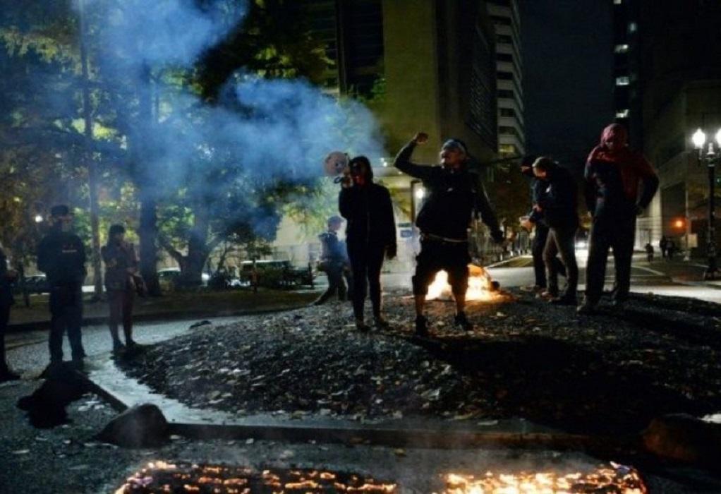 Εκλογές ΗΠΑ: Διαδηλωτές στο Πόρτλαντ έκαψαν αμερικανικές σημαίες
