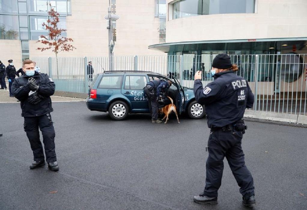 Συναγερμός στο Βερολίνο: Αυτοκίνητο έπεσε στην πύλη της καγκελαρίας (VIDEO)