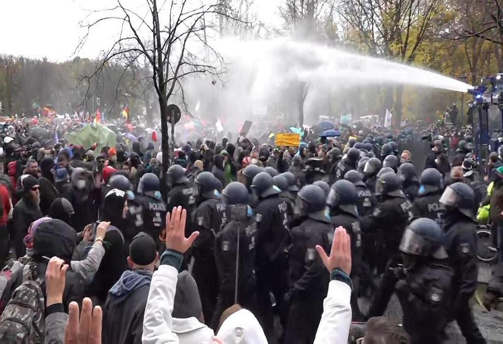 Γερμανία: Συγκρούσεις για το lockdown έξω από τη Bundestag (VIDEO)