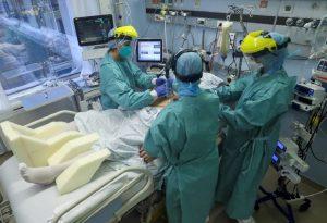 Συγκλονίζει διευθυντής ΜΕΘ: Ασθενής μου ζήτησε να αποχαιρετήσει τους δικούς του
