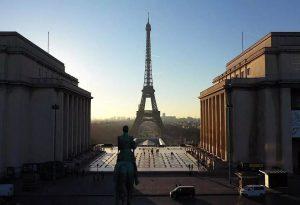 Παρίσι: Μετανάστες επιχείρησαν να στήσουν σκηνές στην πλατεία Δημοκρατίας – Δείτε LIVE εικόνα